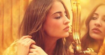 Attraktive Frau sieht in den Spiegel