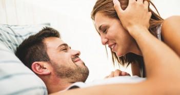 Paar im Bett, glückliche Beziehung