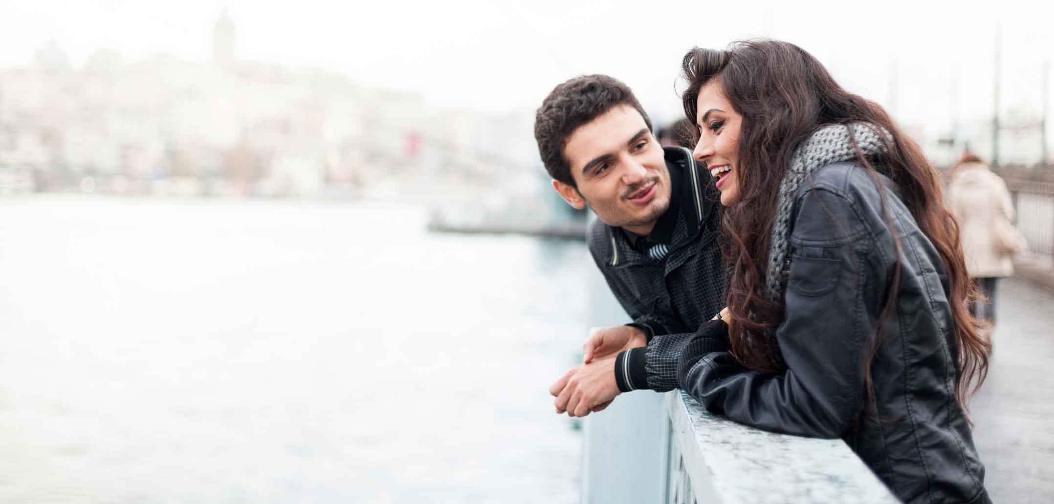 Glückliche Paare reden miteinander