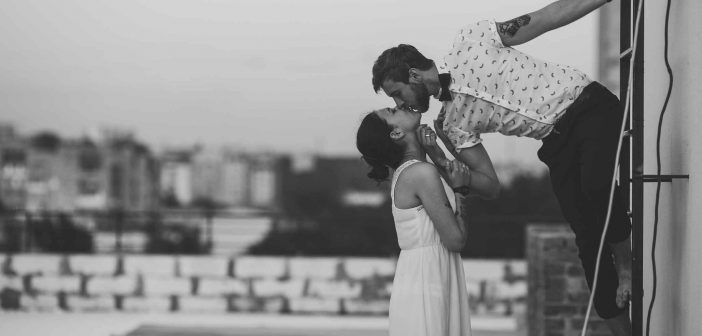 Paar auf dem Dach