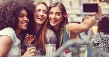 Frauen gehen gern mit ihren Freundinnen aus