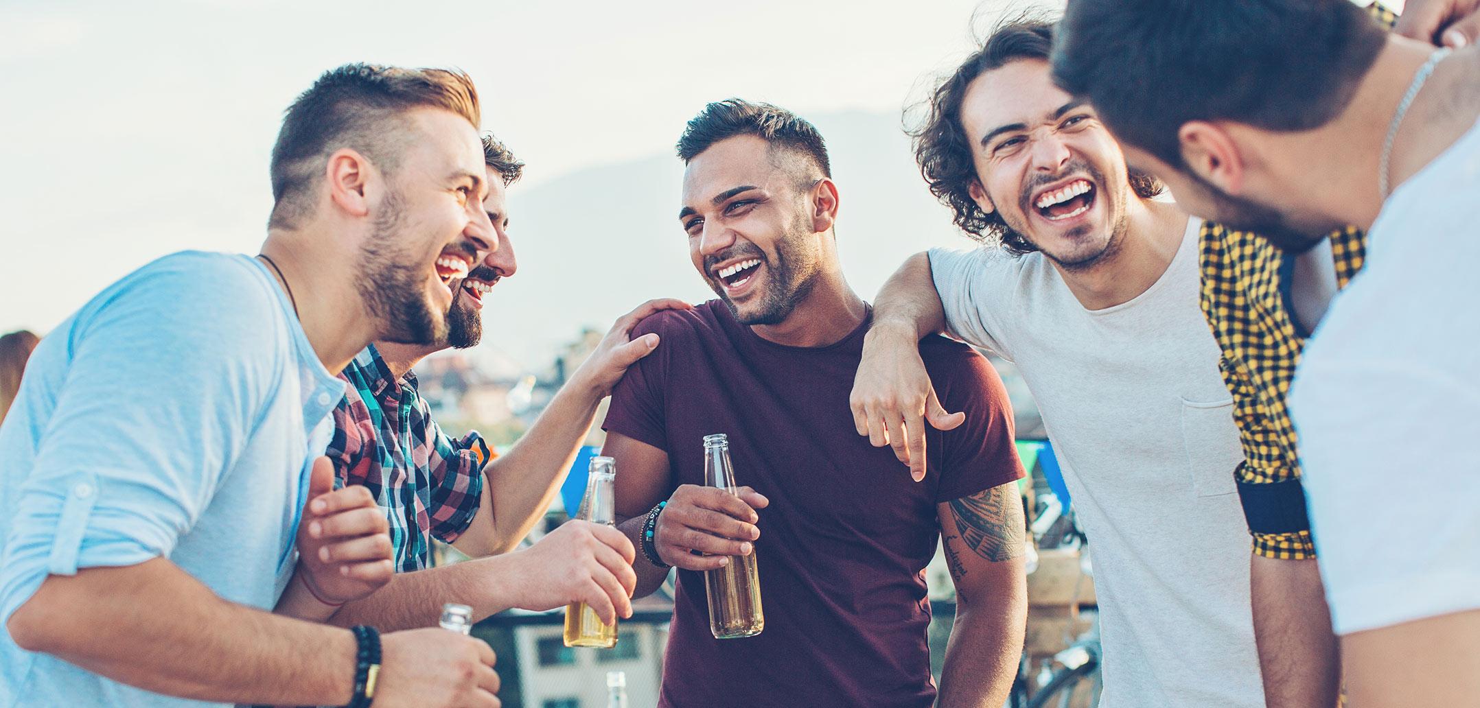 Männer feiern zusammen