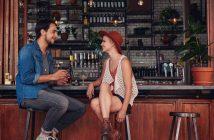 Obwohl eine Bar zum Small Talk einlädt, fällt es vielen Männern oft schwer, den ersten Schritt zu wagen.