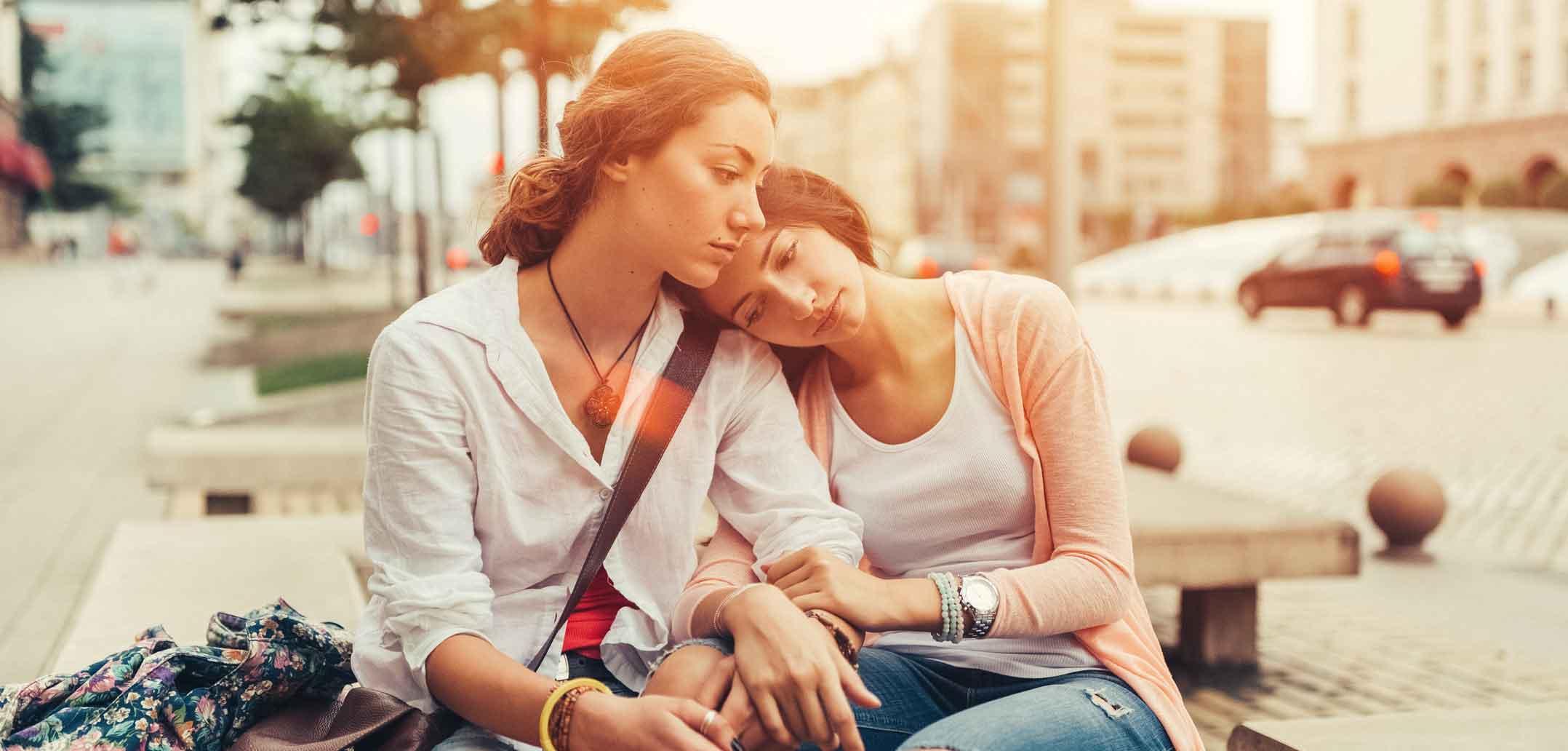 Eine Freundin spendet Trost bei Liebeskummer