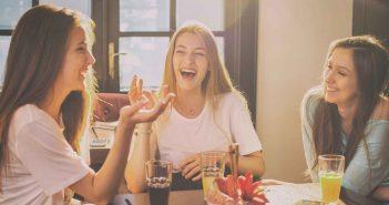 Sich mit Freundinnen zu treffen, hilft gegen Liebeskummer