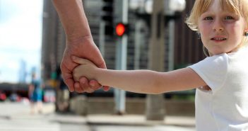 Manchmal gehört ein Kleinkind selbstverständlich an die Hand der Eltern