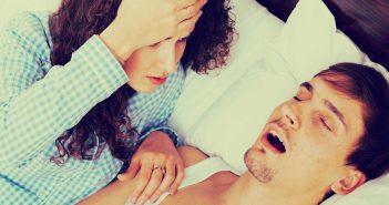 Sein Schnarchen treibt sie aus dem Ehebett