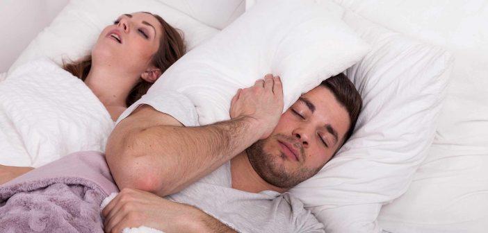 Sie schnarcht so laut, dass es ihm den Schlaf raubt