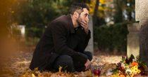 Er trauert jahrelang um seine verstorbene Frau