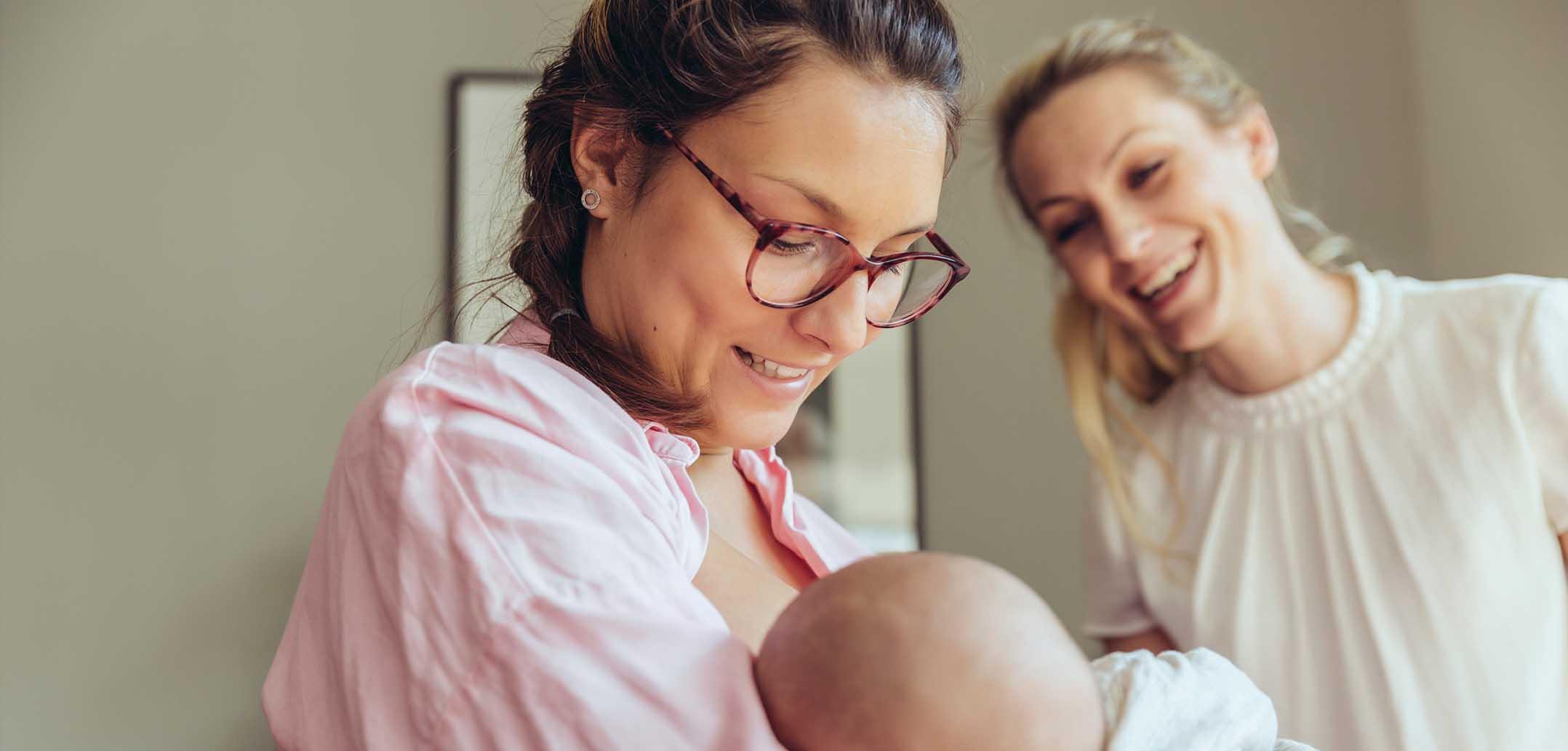 Eine Hebamme kann vielen Schwangeren helfen, sich in die neue Mama-Rolle einzufinden