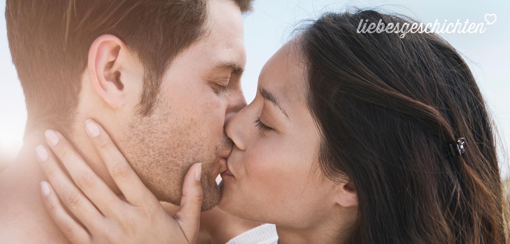 Sich liebevoll küssendes junges Pärchen