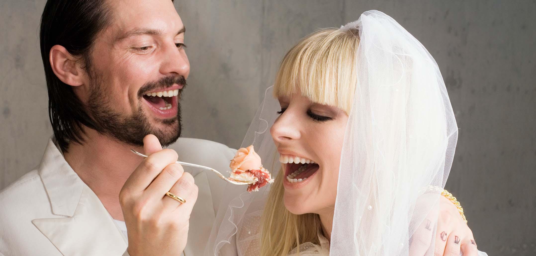 Hochzeitspaar ist Kuchen