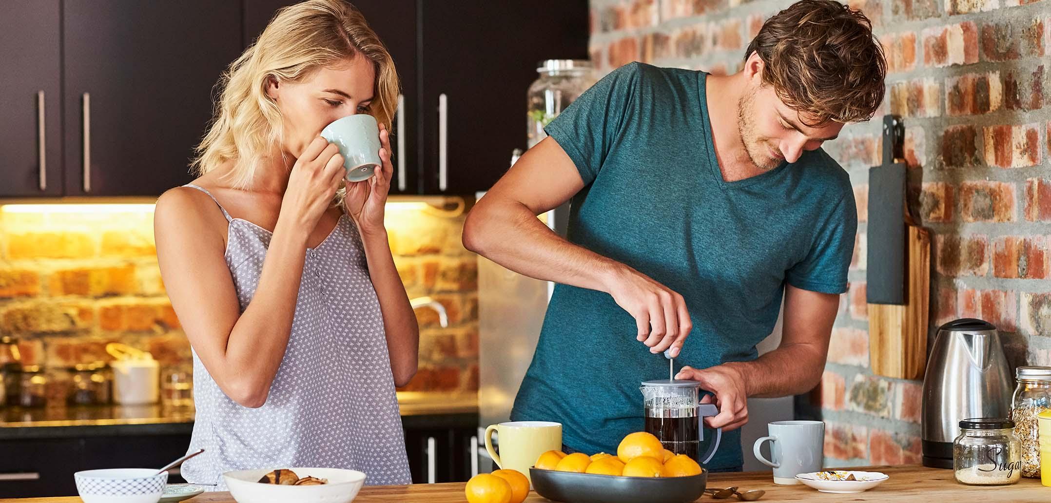 Paar macht gemeinsam Kaffee