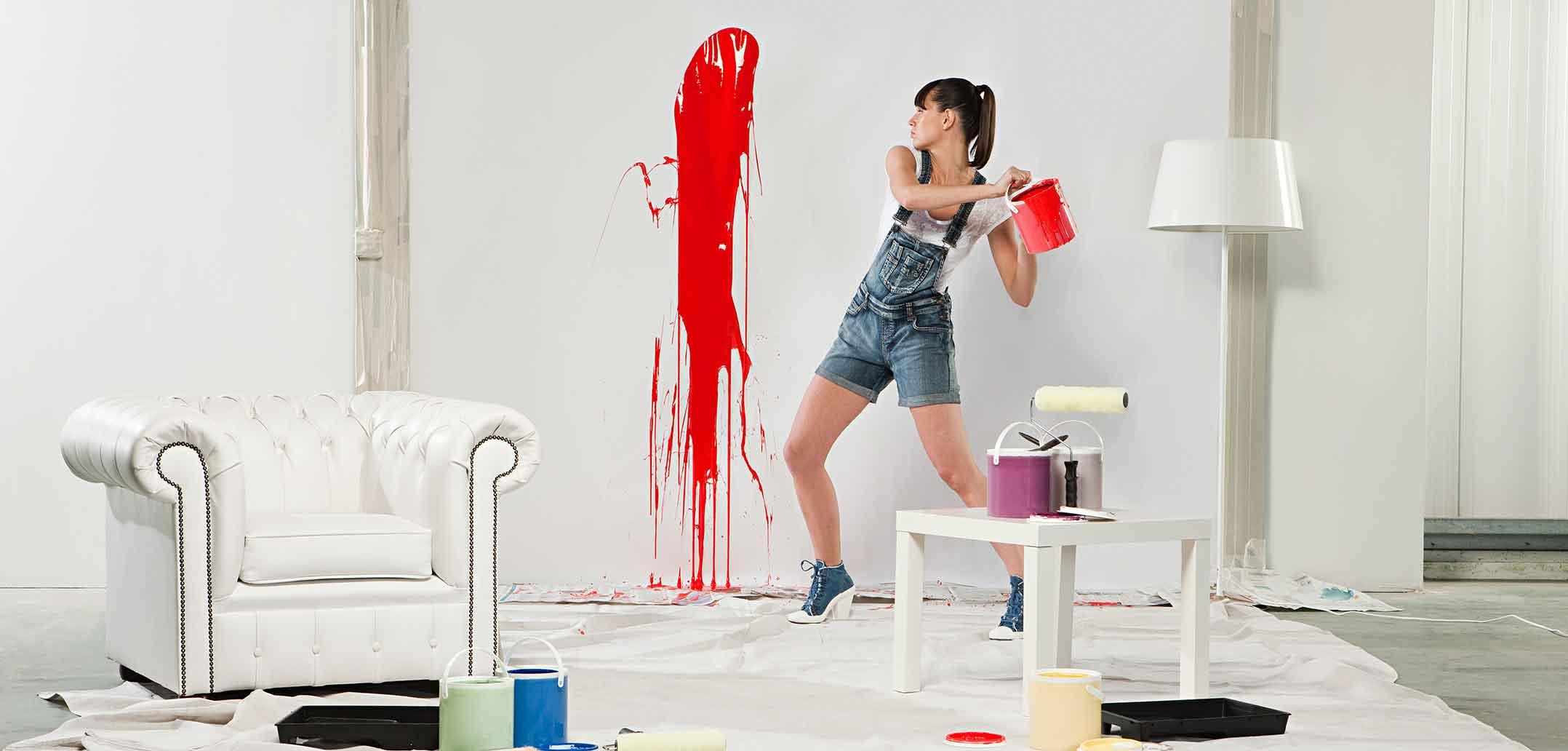 Frau wirft Farbe an die Wand