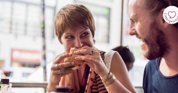 Paar im Burger-Restaurant