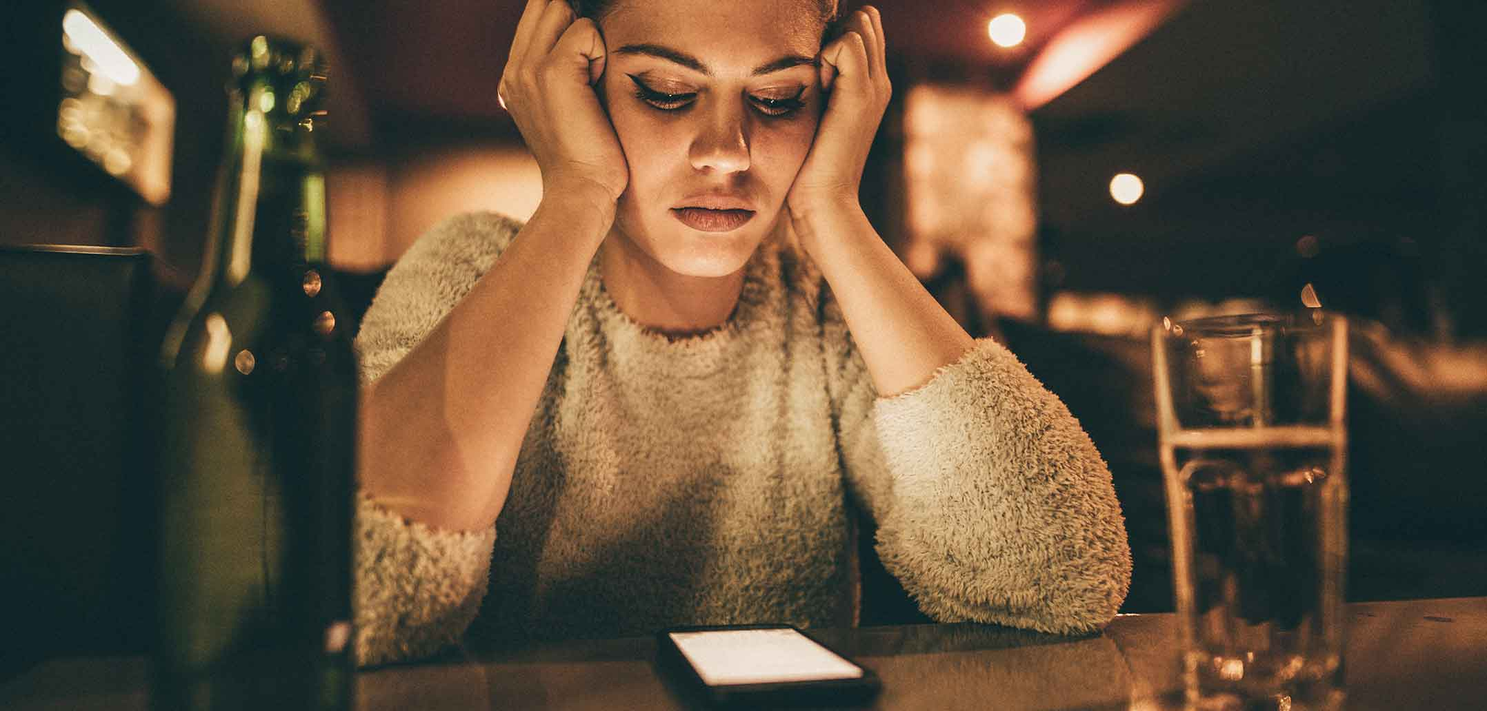 Frau guckt auf Handy