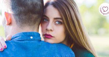 Auch wenn ihr Freund perfekt scheint, ist sie nicht verliebt.