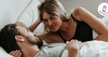 Paar im Bett spricht miteinander