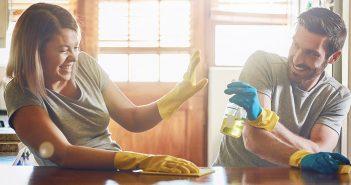 Paar bei der Hausarbeit