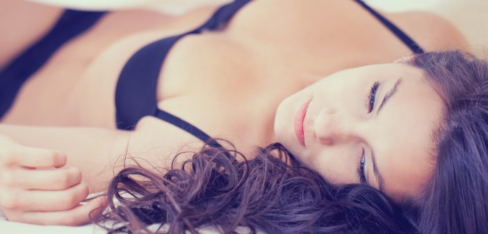 Frau auf dem Bett