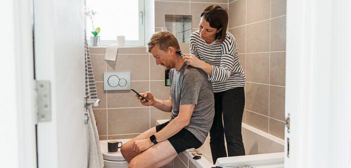 Frau schneidet dem eigenen Mann die Haare
