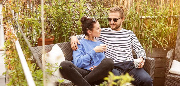 Paar im Grünen auf einem Gartensofa