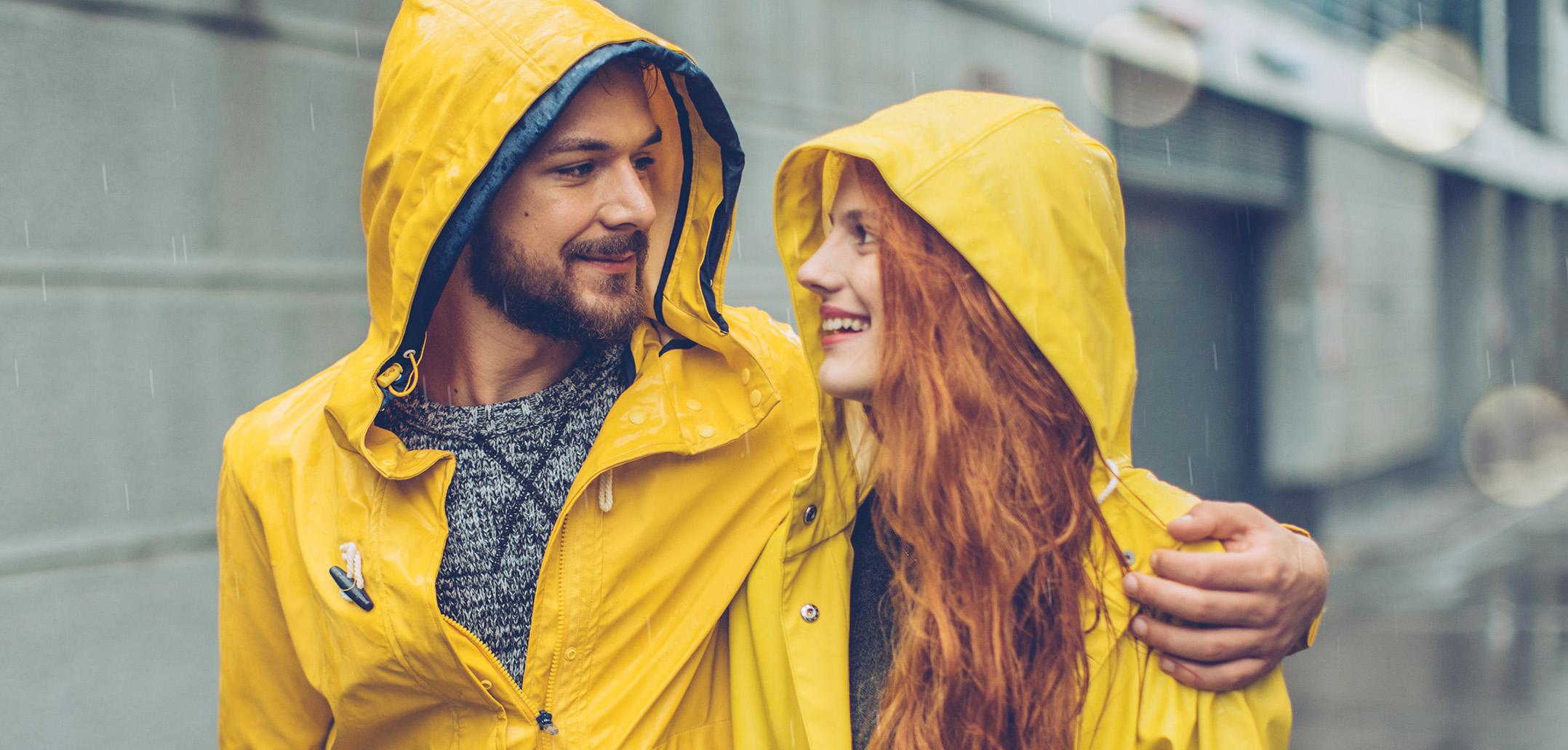 Pärchen im Partnerlook lächelt sich verliebt an