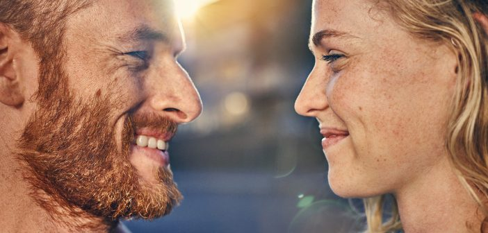 Paar schaut sich glücklich in die Augen