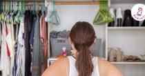 Frau vor Kleiderschrank