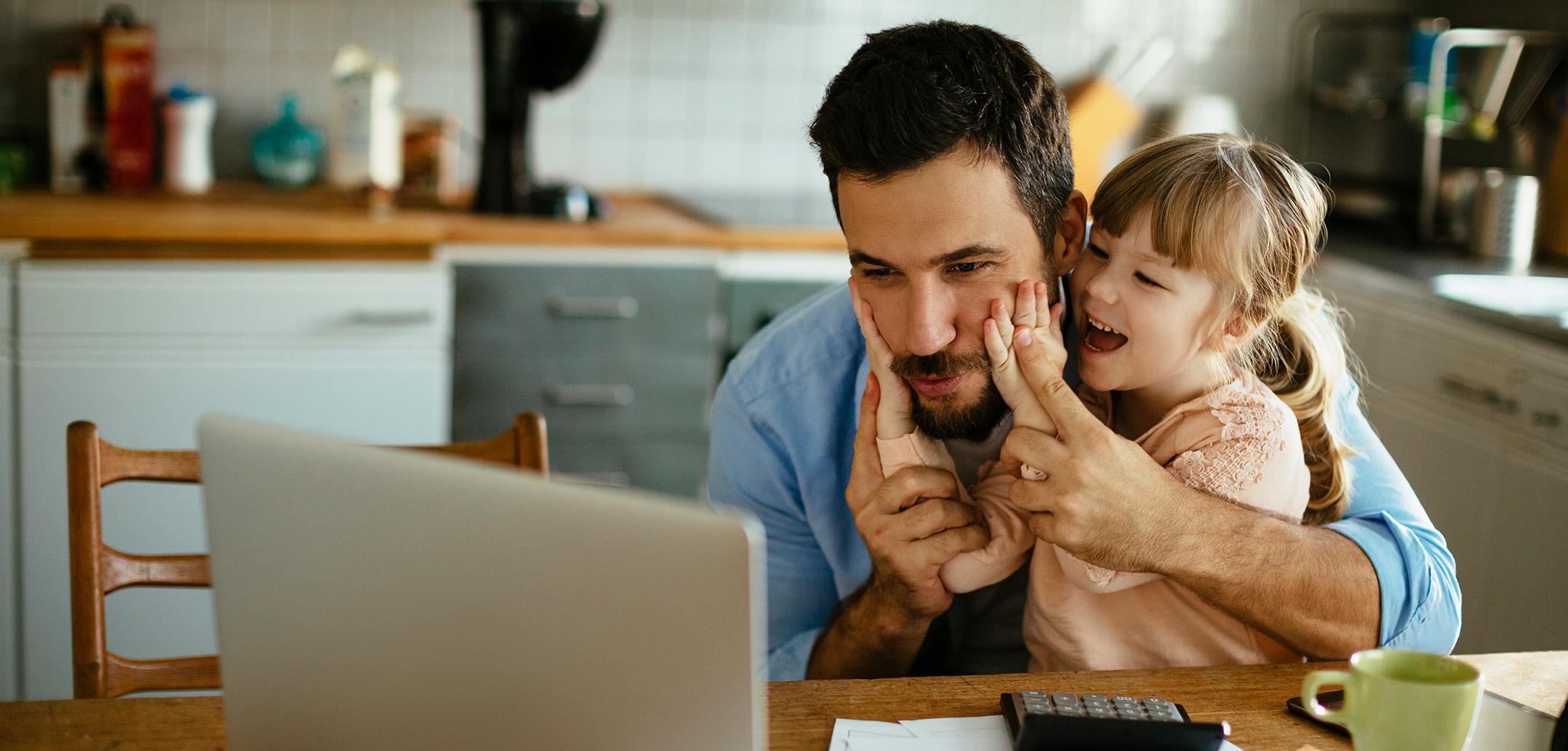 Vater mit Kind im HomeOffice