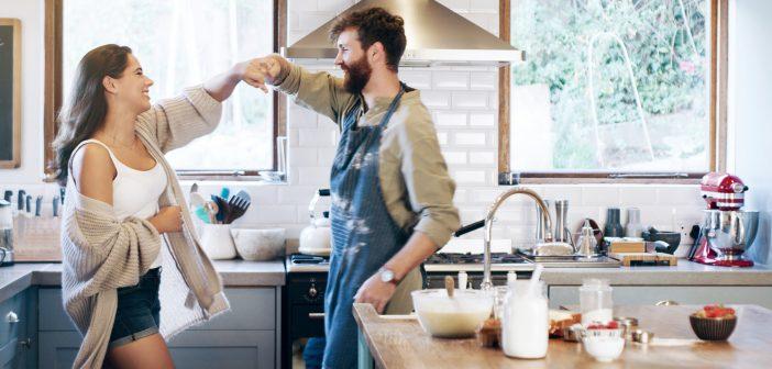 Glückliches Paar tanzt in der Küche
