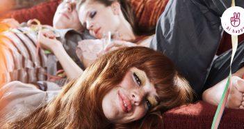 Drei Personen liegen zusammen auf der Couch