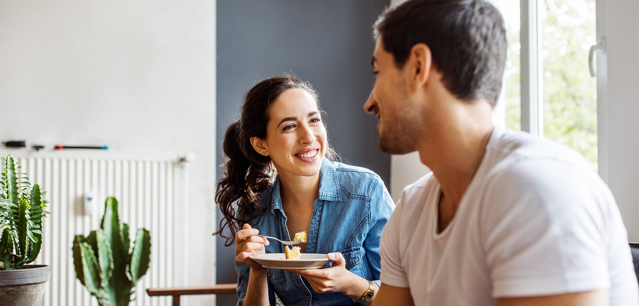 Mann und Frau lächeln sich auf dem Sofa an