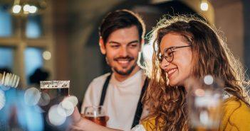 Mann und Frau flirten an der Bar