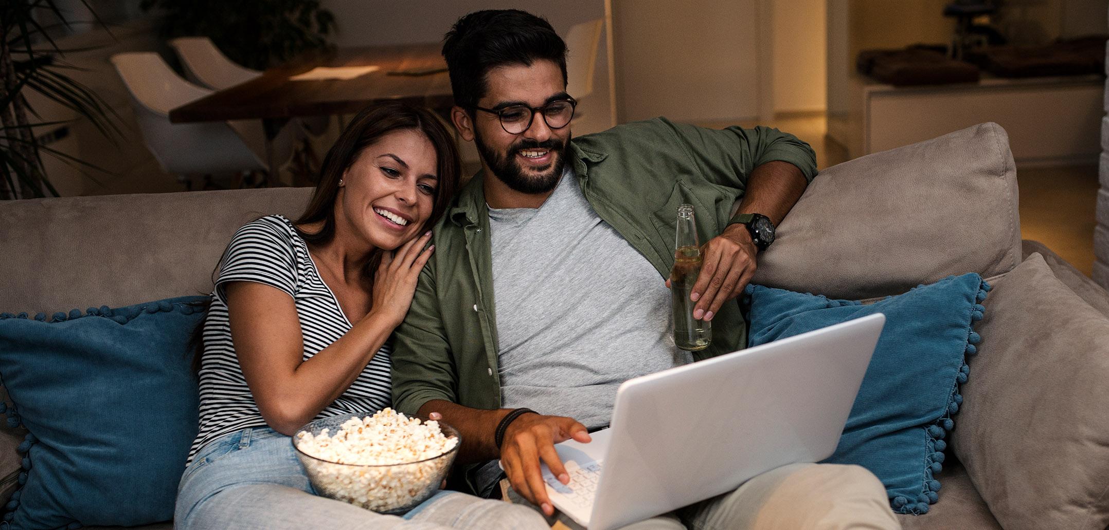 Mann und Frau schauen gemeinsam einen Film