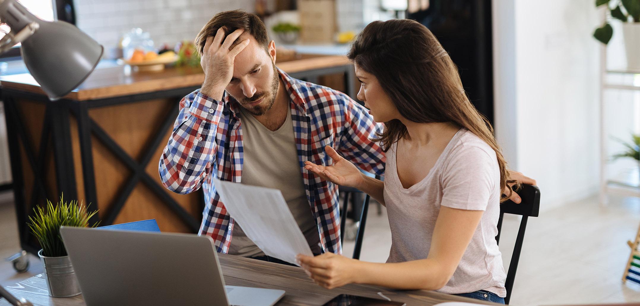 Paar streitet sich mit Dokumenten in der Hand