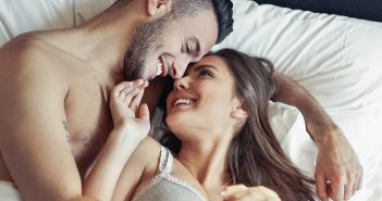 Glückliches Paar im Bett
