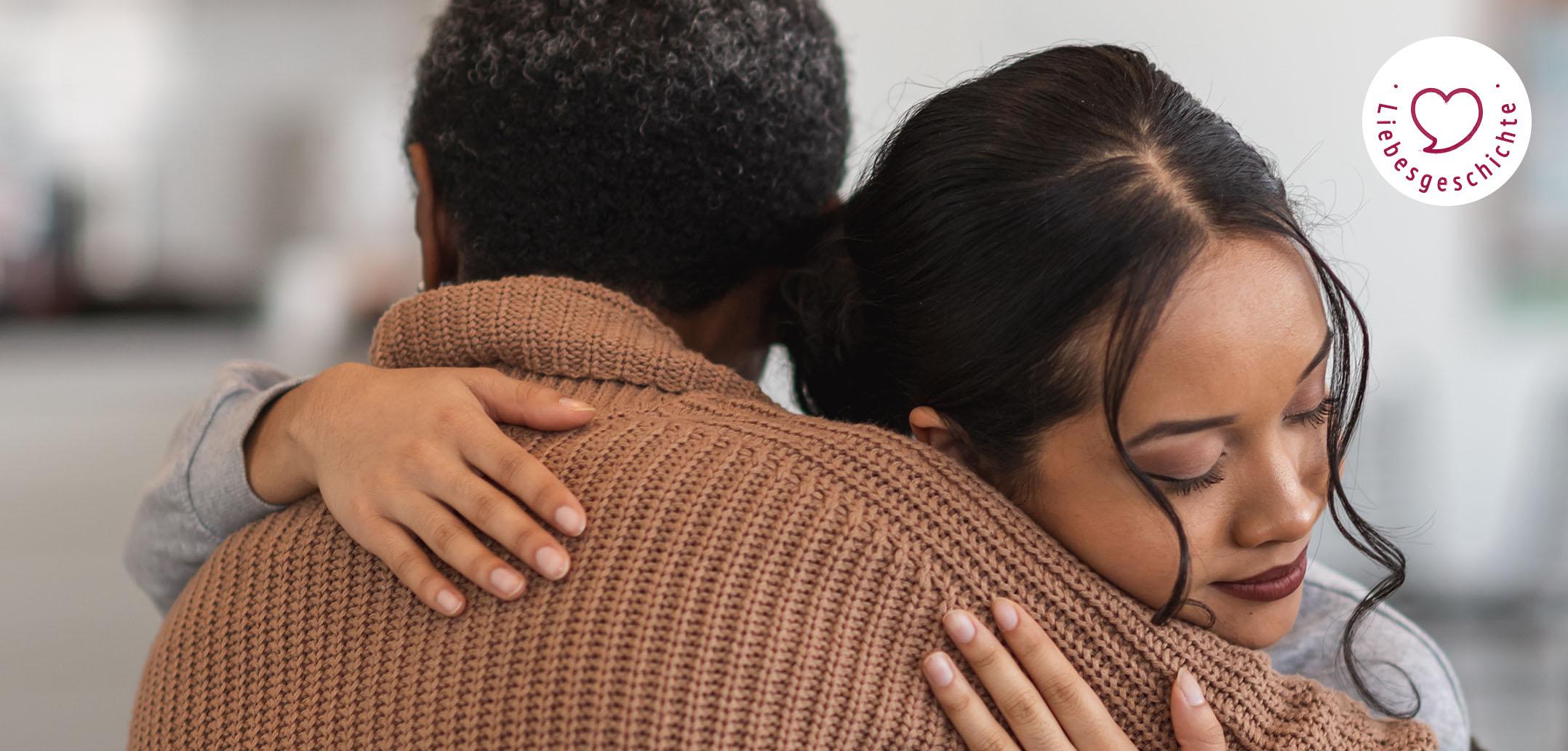 Eine Frau wird tröstend umarmt