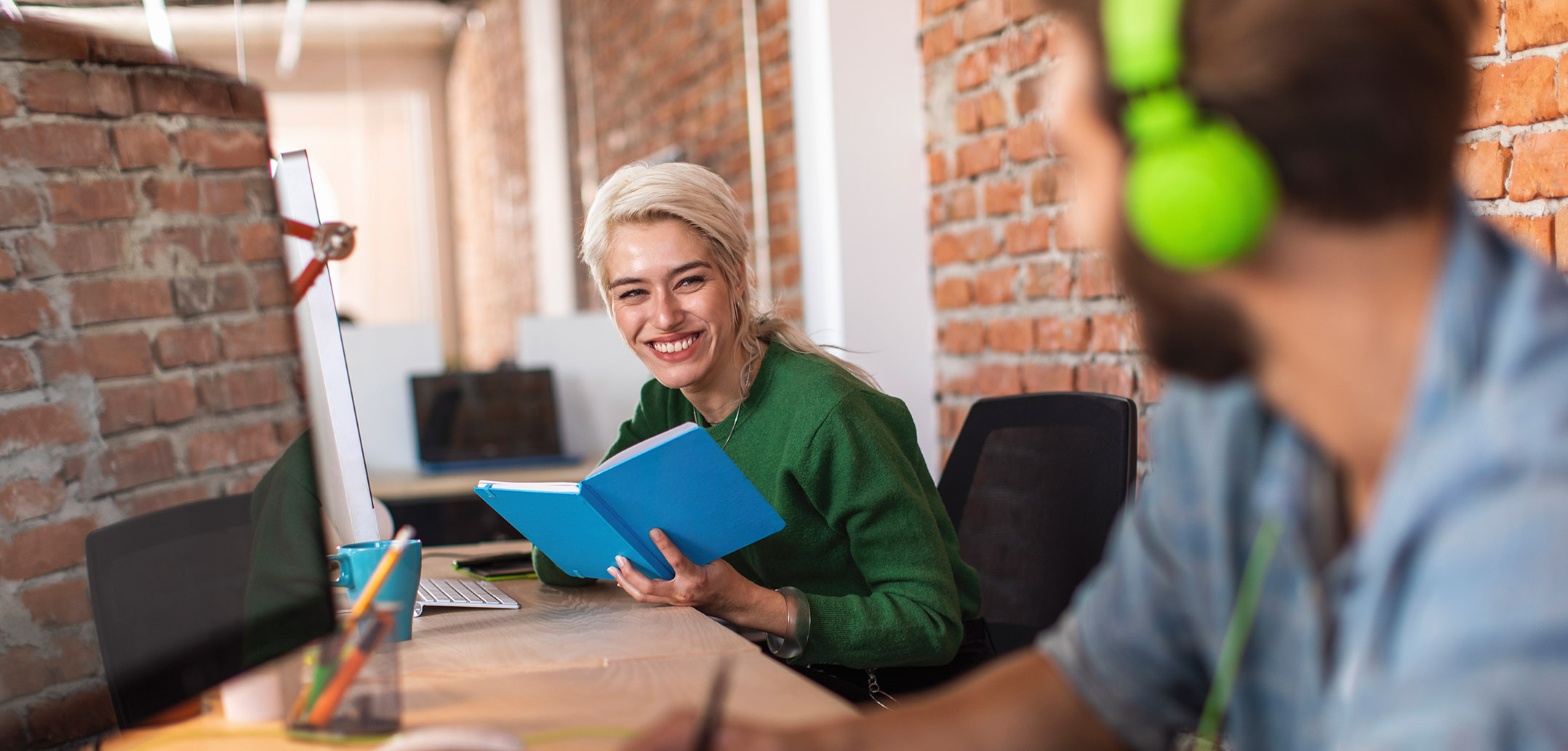 Frau bei der Arbeit lächelt ihren Partner an