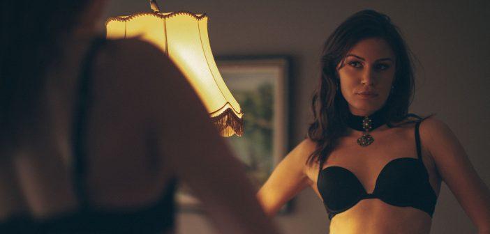 Frau in Dessous vor dem Spiegel