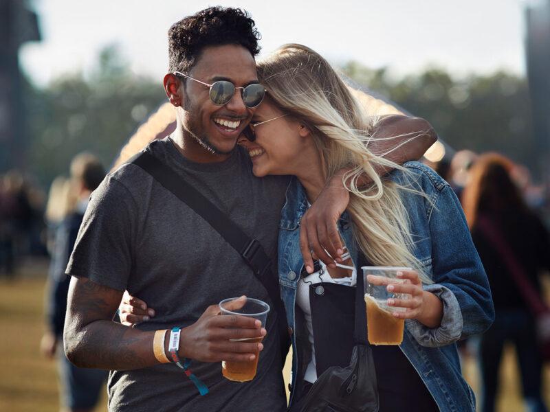 Paar auf Festival