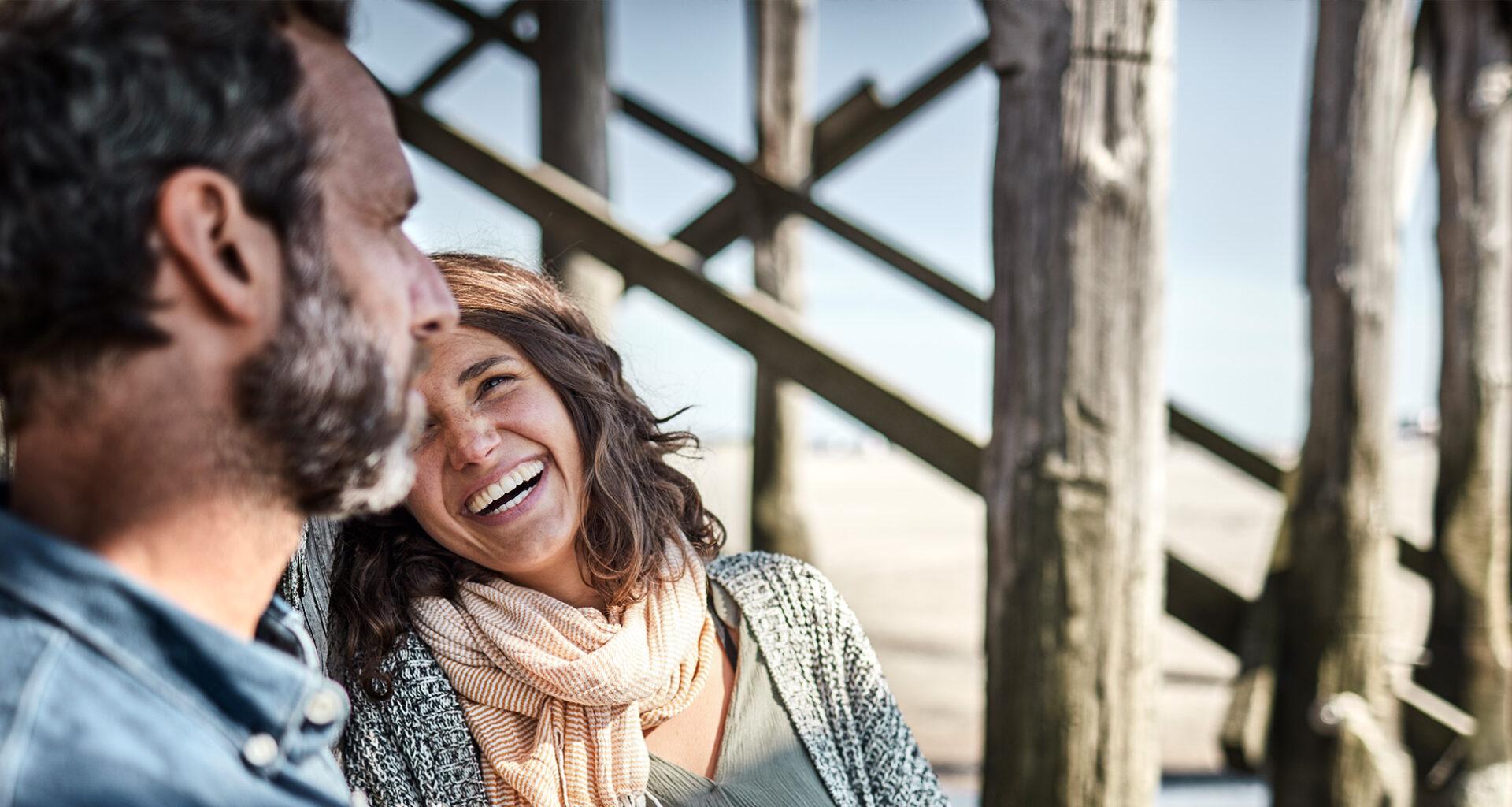 Glückliches Ehepaar lacht gemeinsam