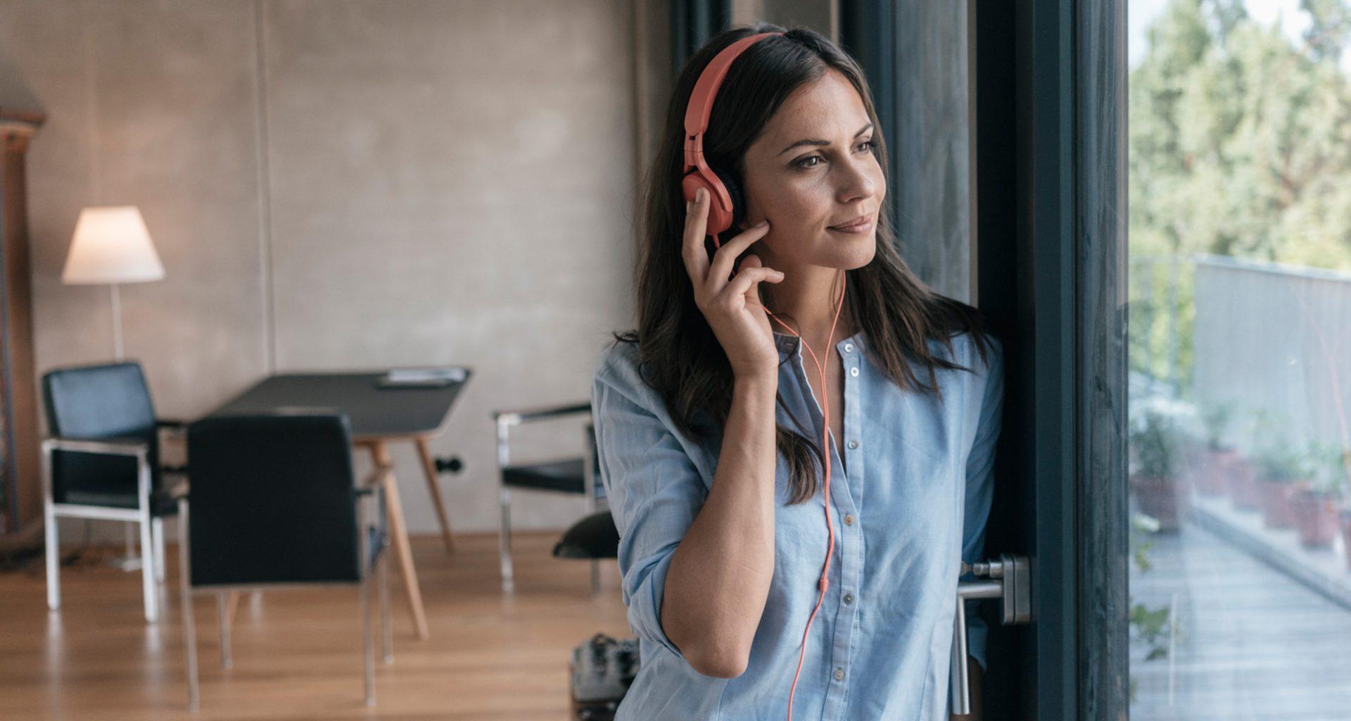 Eine Frau hört sich Podcasts an.