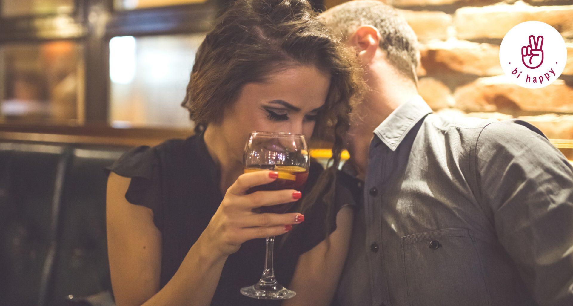 Mann und Frau flirten in der Bar