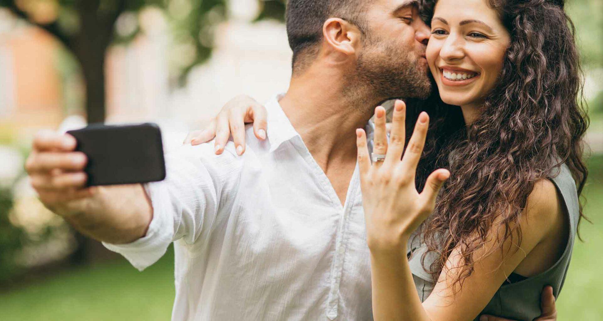 Junges Paar mit Verlobungsring