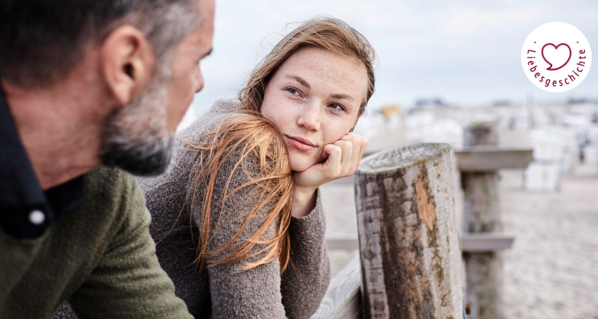 junge Frau und älterer Mann schauen sich verliebt an
