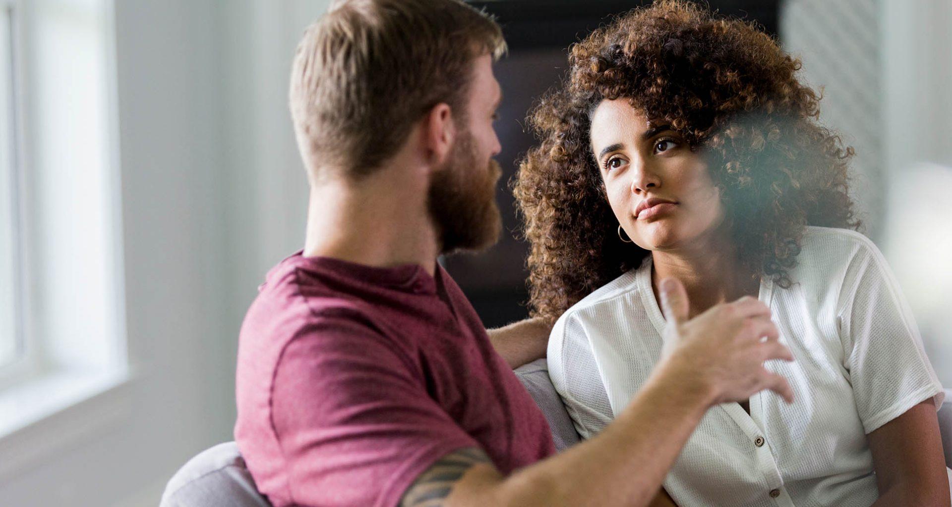 Paar spricht über wichtige Lebensentscheidungen