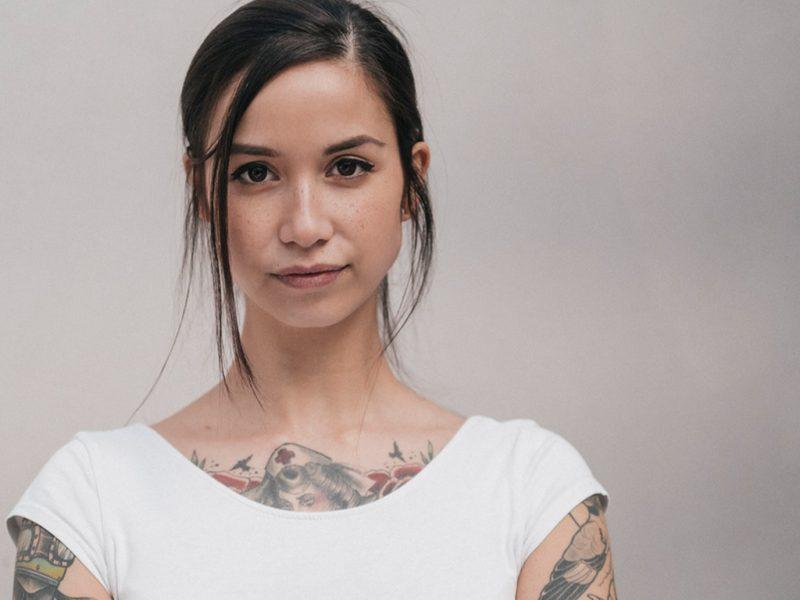 Junge Frau mit Tattoos: Darf der Partner beim Tattoo mitreden?