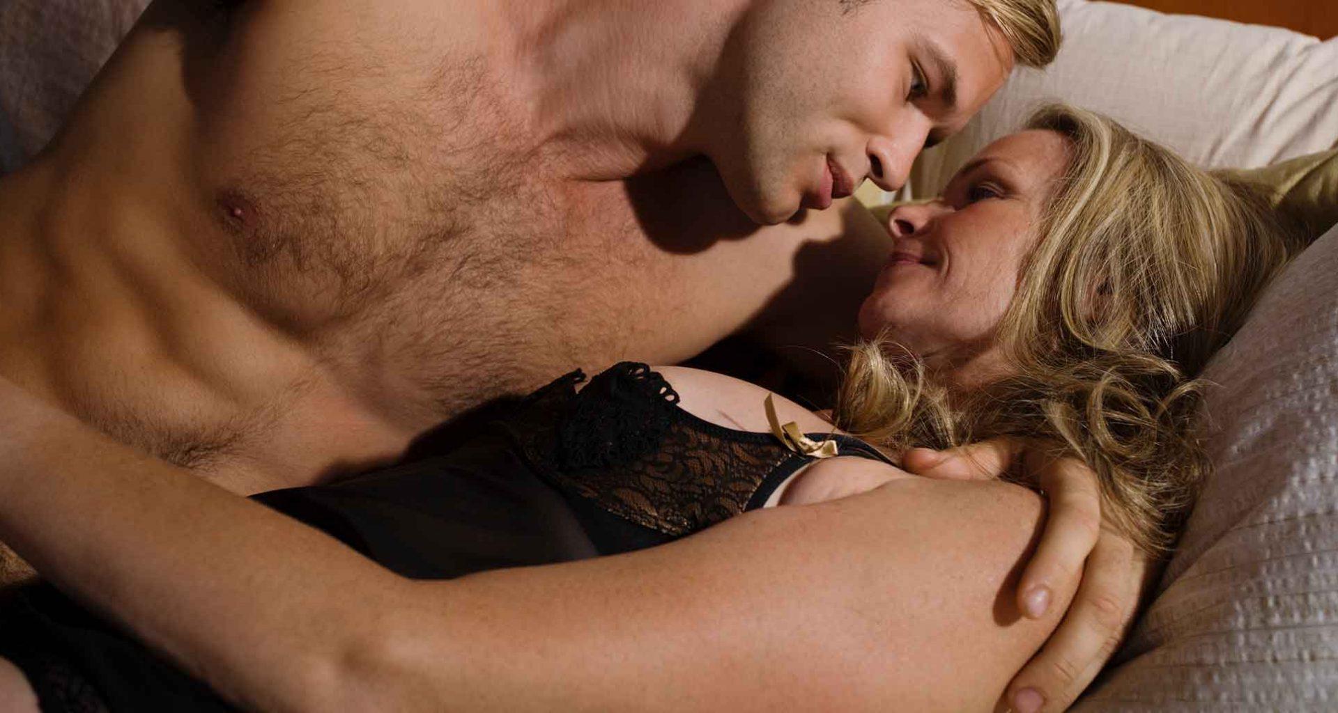 Ältere Frau, jüngerer Mann: Warum sie den besten Sex zusammen haben